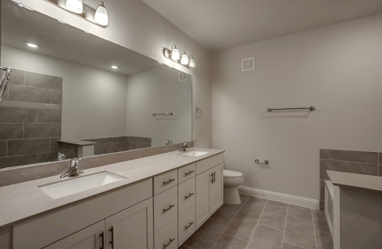 Gatherings® at Mercer Crossing, modelo Wiltshire Baño principal de Wiltshire