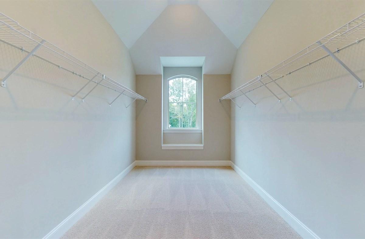 Tara quick move-in Walk-in Closet