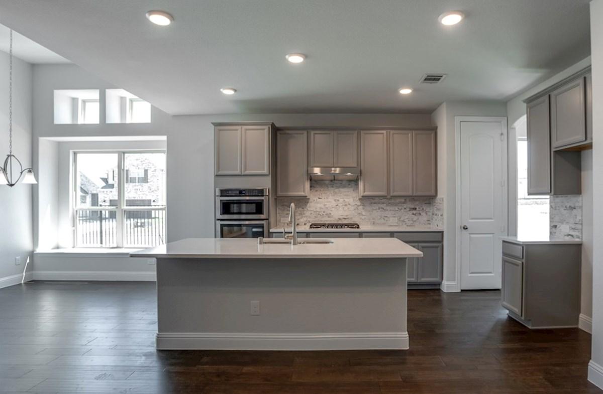 Richland quick move-in open kitchen next to breakfast nook