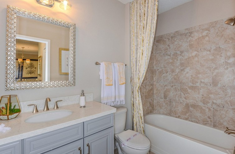 Baño secundario de Bradford en Gatherings® of Lake Nona