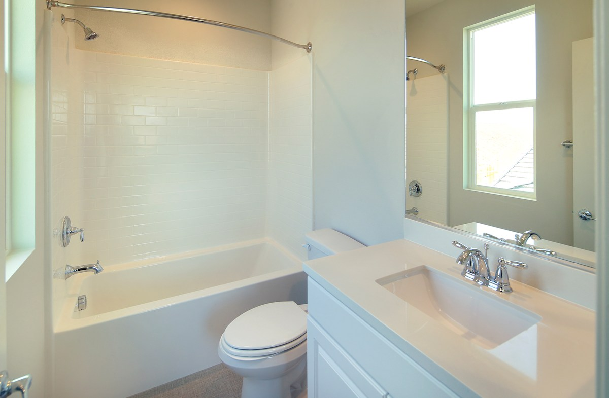 Bayside Landing Heron shower and tub in secondary bath