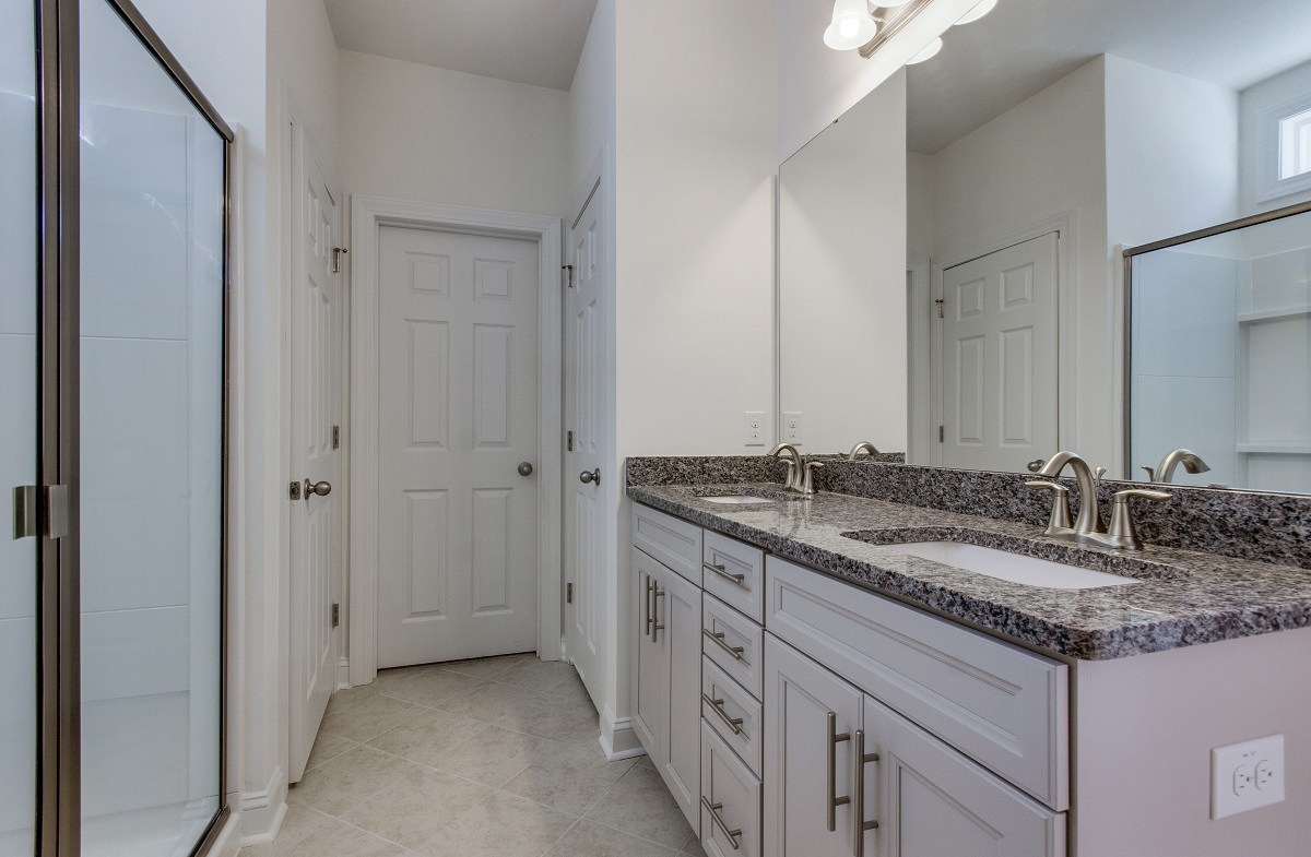 Hunt Club Hamilton convenient master bathroom