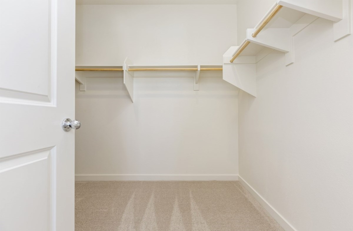 Suncup quick move-in Walk-in closet is designed for easy movement between shelves and optimal hanging and storage space.