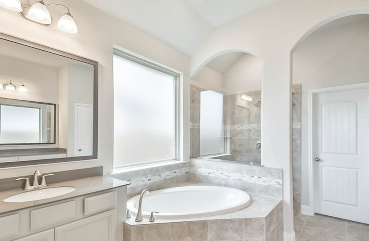 Northcliffe quick move-in master bathroom with separate shower and garden tub