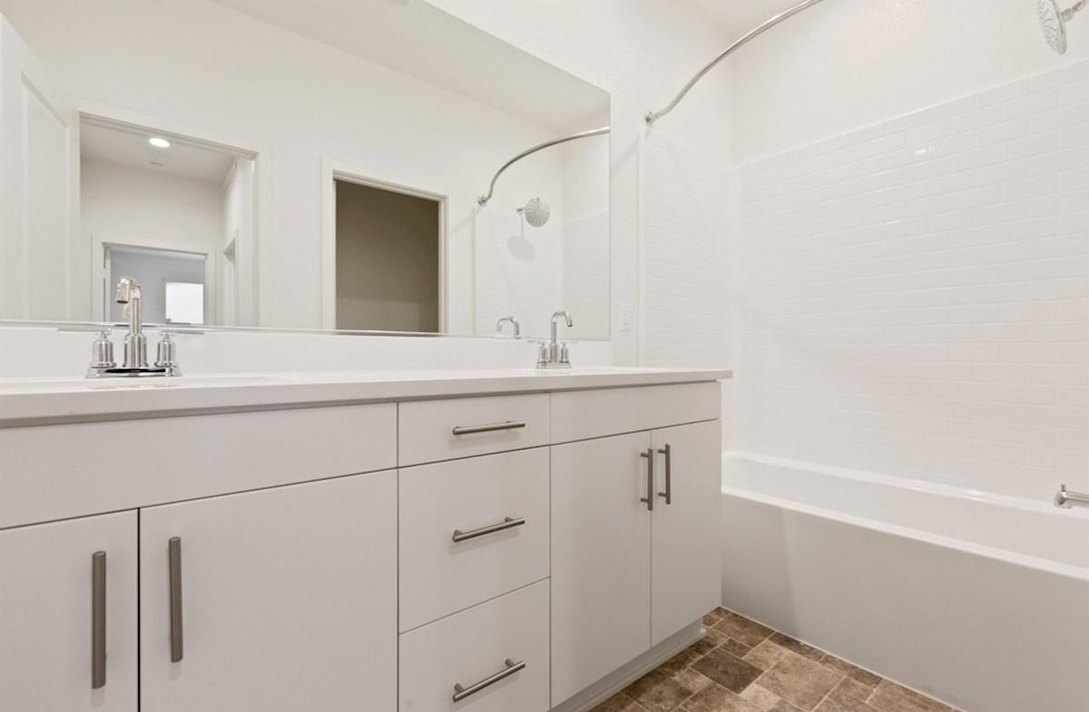 Snowberry quick move-in cozy secondary bathroom