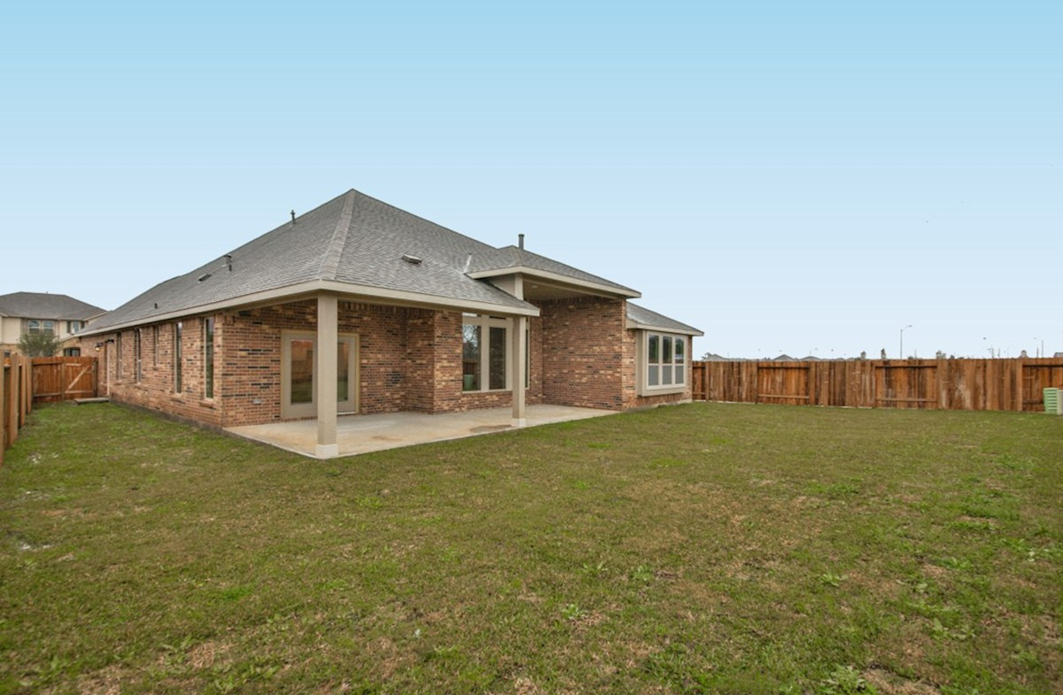 Fredericksburg quick move-in backyard with covered patio